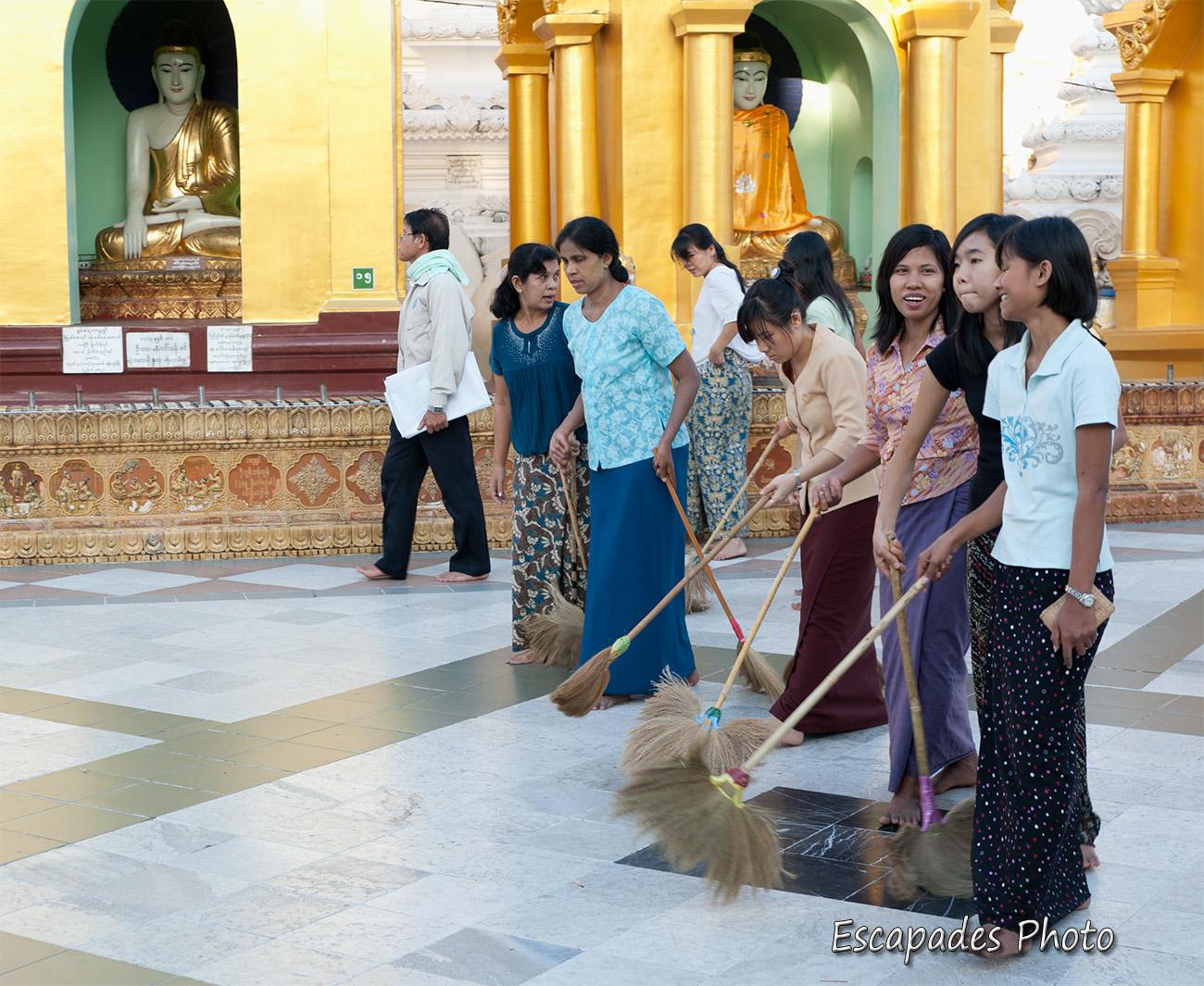 Balayage du sol - Pagode Shwedagon