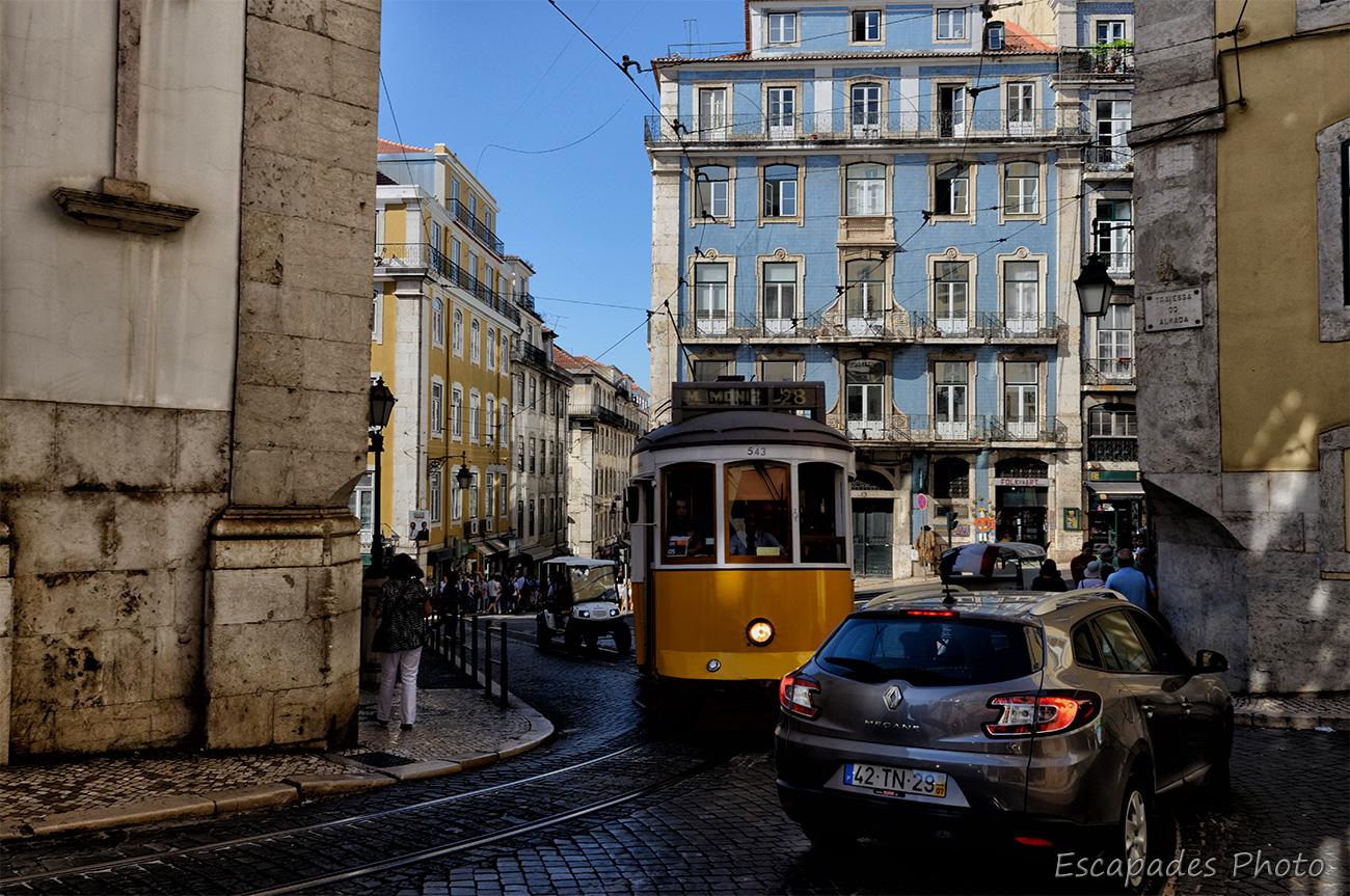 Tramway 28 dans une rue pentue et encombrée de Lisbonne