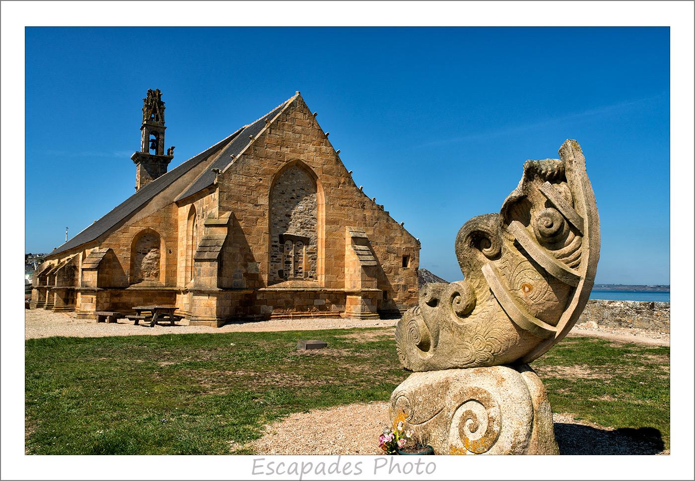 Arche de Camaret - sculpture Patrig Ar Goarnig et poème de Roger Servan