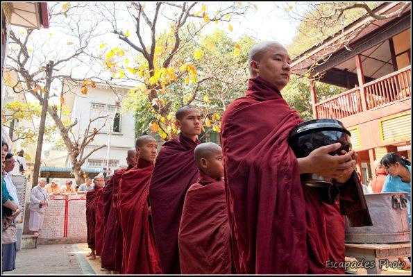 Repas des moines à Mahagandayon