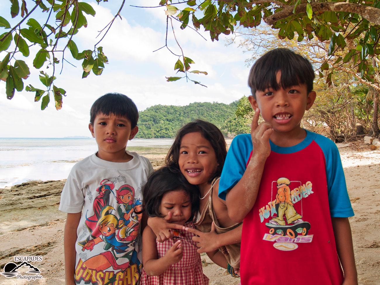 Les enfants de El Nido adorent la pose photo